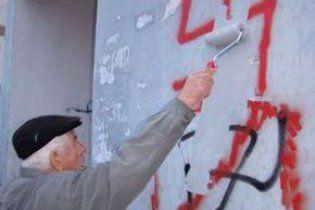 У Полтаві офіс Партії регіонів розмалювали свастикою