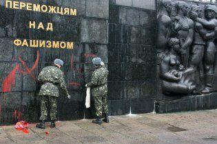 На Львівщині Монумент радянським воїнам обмалювали свастиками