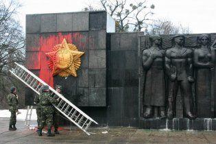 У Львові пам'ятник воїнам-визволителям облили фарбою та обмалювали свастиками