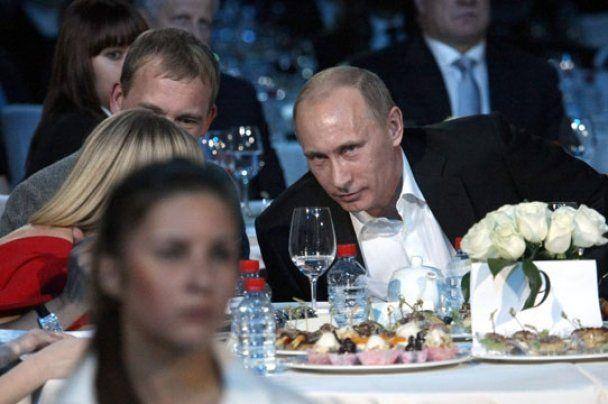 Владимир Путин сыграл на рояле и спел на английском
