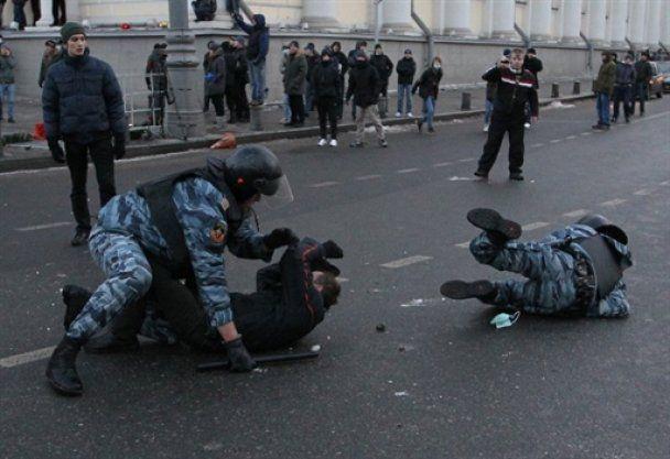 В Москве националисты подрались с ОМОНом и устроили погром в метро, есть жертвы