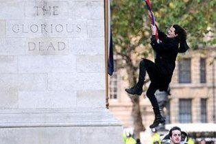 Сын лидера Pink Floyd арестован за издевательство над государственным флагом