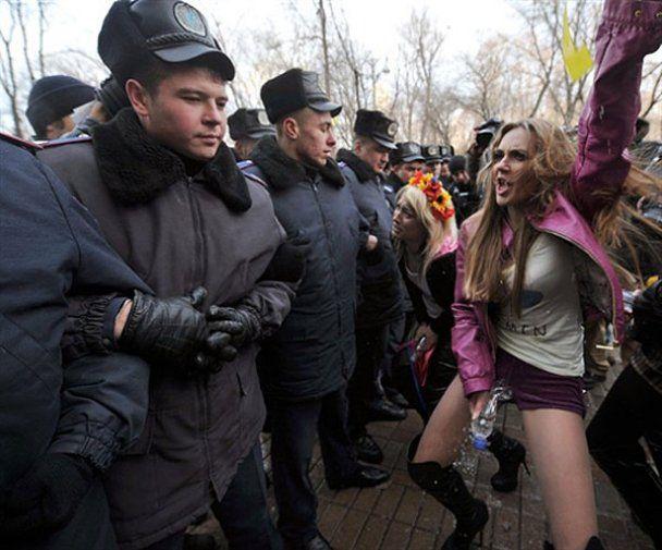 """Активистки FEMEN """"помочились"""" на Кабинет министров"""
