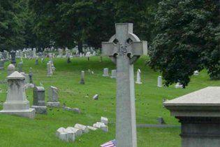 Голий американець фотографував духів на кладовищі