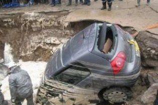 Чоловік провалився у яму з окропом просто в центрі Києва