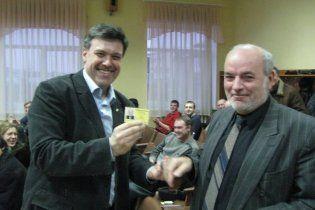 Виктор Янукович записался в партию Тягнибока