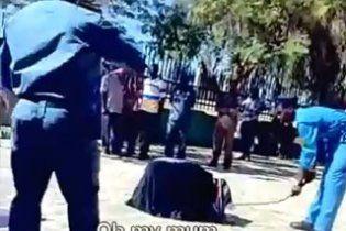Шокуюче відео: суданські поліцейські зі сміхом висікли жінку на вулиці