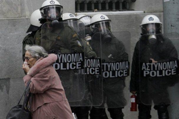 В Афинах демонстранты избили бывшего министра транспорта
