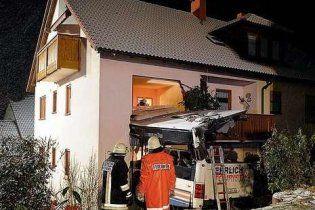 Автобус с людьми врезался в дом на юге Германии: есть жертвы