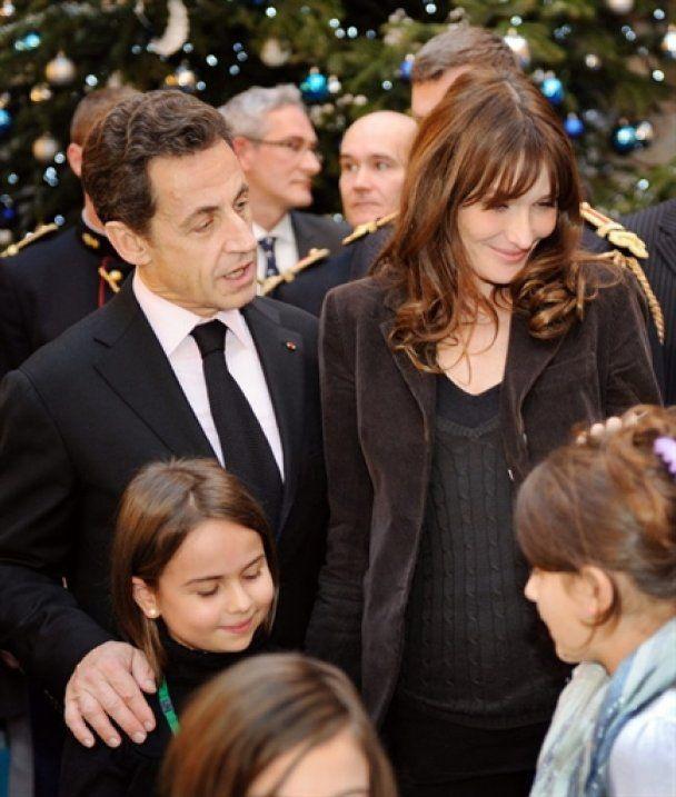 Ніколя Саркозі і Карла Бруні стали Дідом Морозом і Снігуронькою
