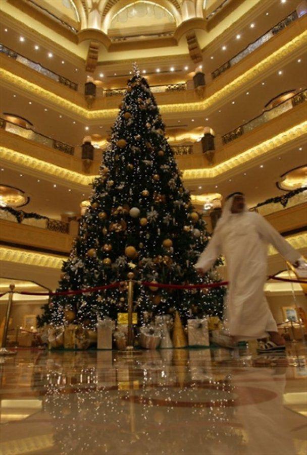 В ОАЭ установили самую дорогую елку в истории - за 11 млн долларов