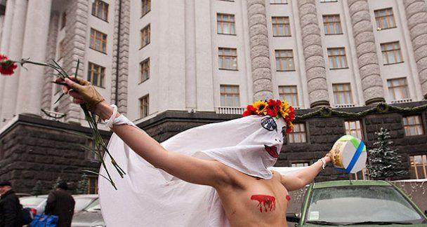 """Движение FEMEN подарило Азарову """"кровосисю"""" и торт"""