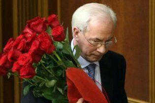 Азарову подарували повну машину троянд