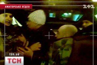 В Киеве спецназовцы выкручивали мужчине ноги, чтобы запихнуть его в багажник