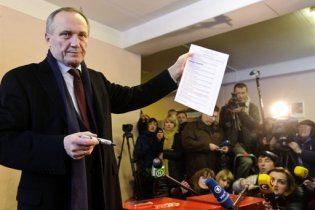 Спецназ избил двоих кандидатов в президенты Беларуси