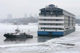 З набережної Дніпра в Києві відбуксовано останній заклад-дебаркадер