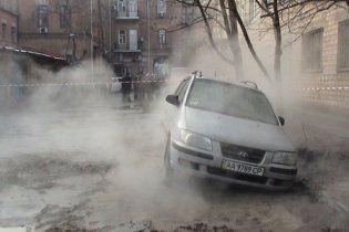 В больнице скончался мужчина, провалившийся в кипяток в центре Киева