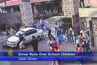 На Тайване самоубийца въехал в группу детей и поджег себя