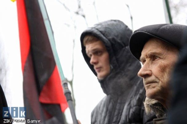 Львів'яни подарували Путіну таблетку від склерозу