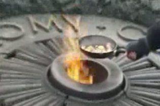Киевлянку задержали за приготовлением яичницы на Вечном огне