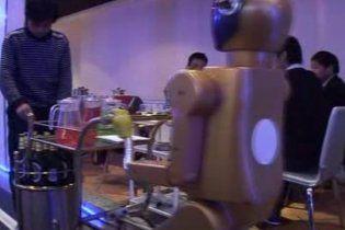 Відвідувачів китайського ресторану обслуговують роботи