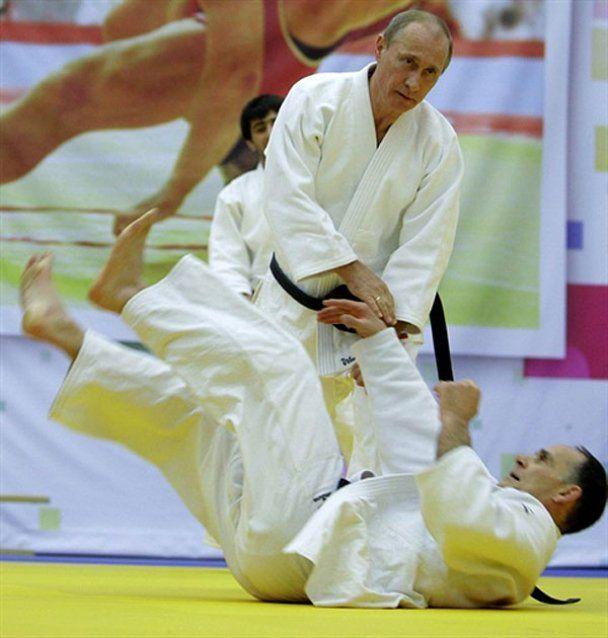 Путин положил на лопатки чемпионов дзюдо