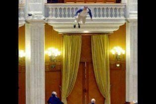 Парламент Румынии переполошил журналист, прыгнувший с балкона в зал