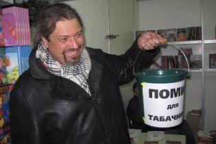 Письменники підготували для Табачника подарунок - відро з помиями
