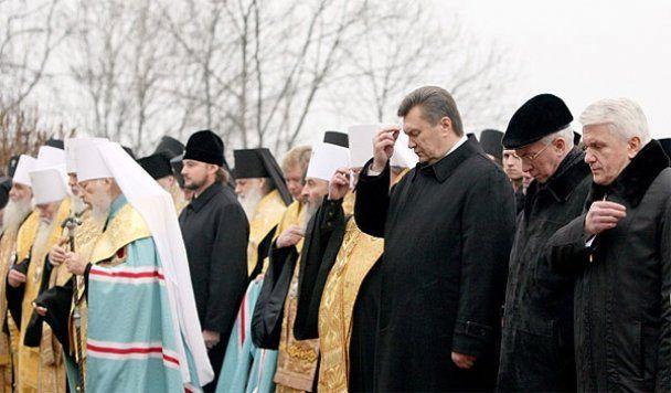 Янукович и Азаров помолились за уходящий год