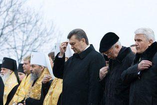 Янукович и Азаров поблагодарили Бога за 2010 год