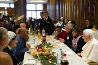 Папа Римський пообідав з жебраками