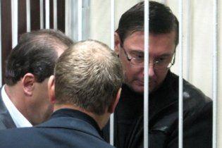 """Луценко передал Ющенко """"привет из камеры"""""""