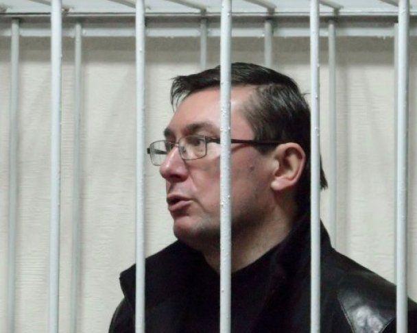 Тимошенко пообещали три года за решеткой, а Луценко - только два