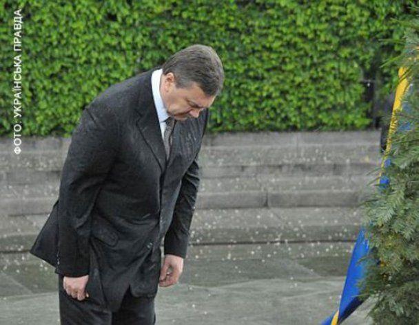 Янукович и венок стал одним из самых популярных роликов в России