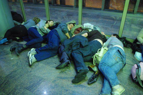Тисячі пасажирів штурмують стійки реєстрації у московських аеропортах