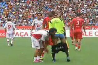 Бразильський футболіст роздягнув арбітра на полі (відео)