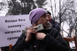 Во Львове новогоднюю елку украсили обещаниями Януковича