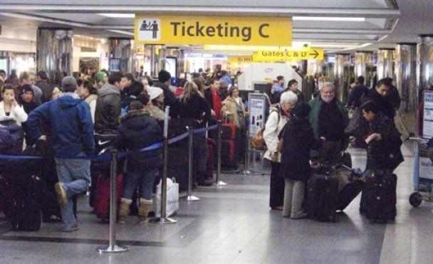 В аэропорту Нью-Йорка охрана силой разогнала пассажиров