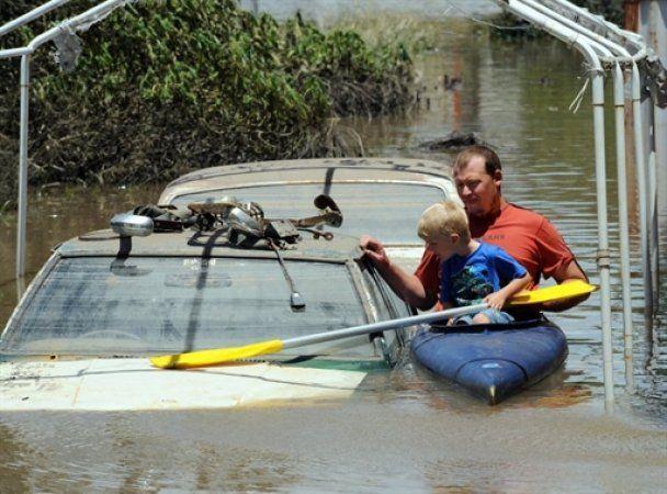 В Австралии гигантские волны смыли город: 72 человека пропали без вести