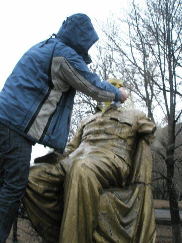 На Донетчине памятник Ленину разрисовали желтым и голубым