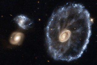 """Hubble зняв космічне """"колесо"""" далекої галактики"""
