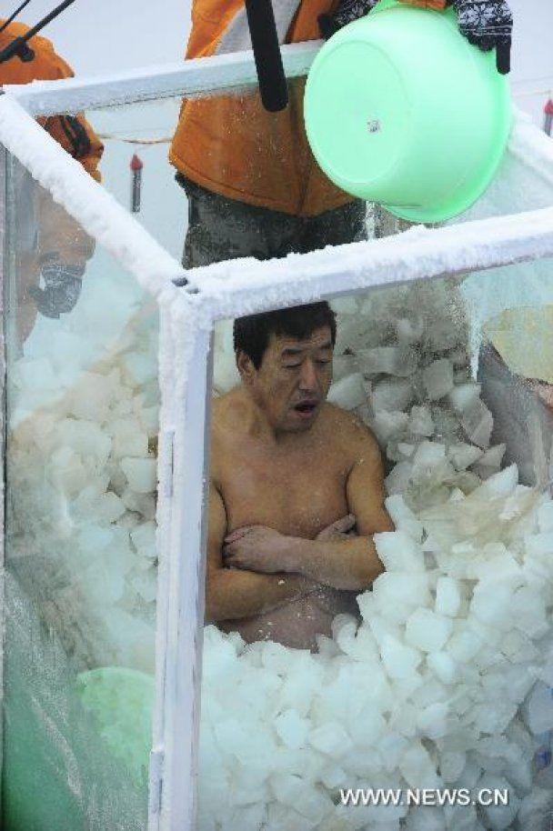 Голый китаец установил рекорд, просидев два часа в колбе со льдом