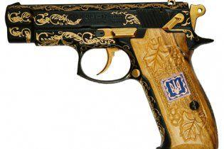 Янукович подарил депутату-регионалу пистолет