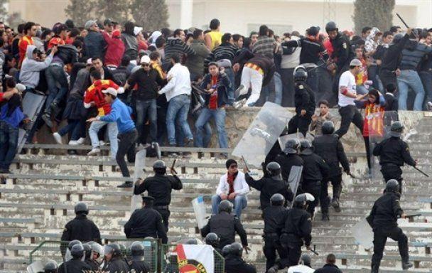 В столкновениях молодежи с полицией в Тунисе погибли 14 человек