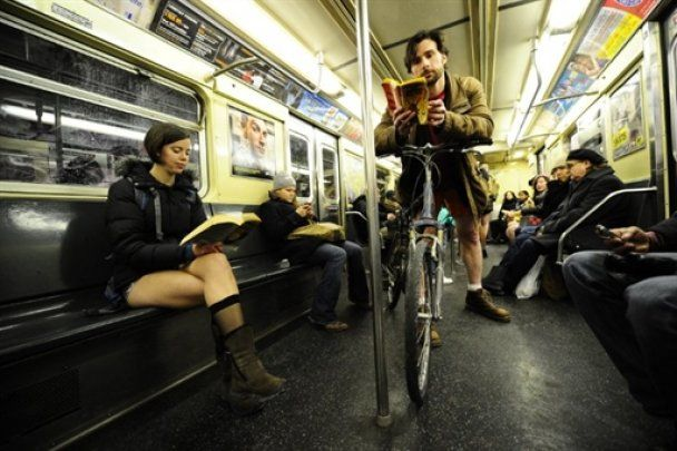 Флешмоб без штанів у нью-йоркському метро