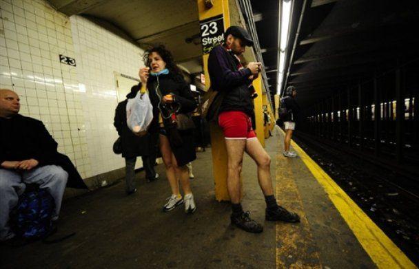 Тисячі молодих людей проїхалися у нью-йоркському метро без штанів