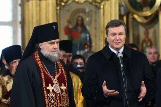 Янукович погребував їжею у Почаївській лаврі