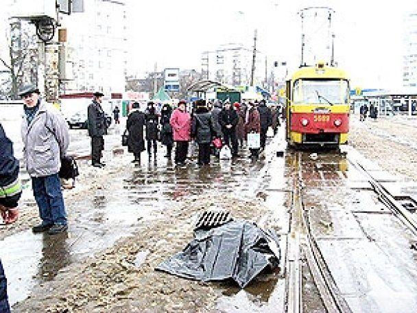 В Киеве трамвай разрезал женщину и скрылся с места происшествия