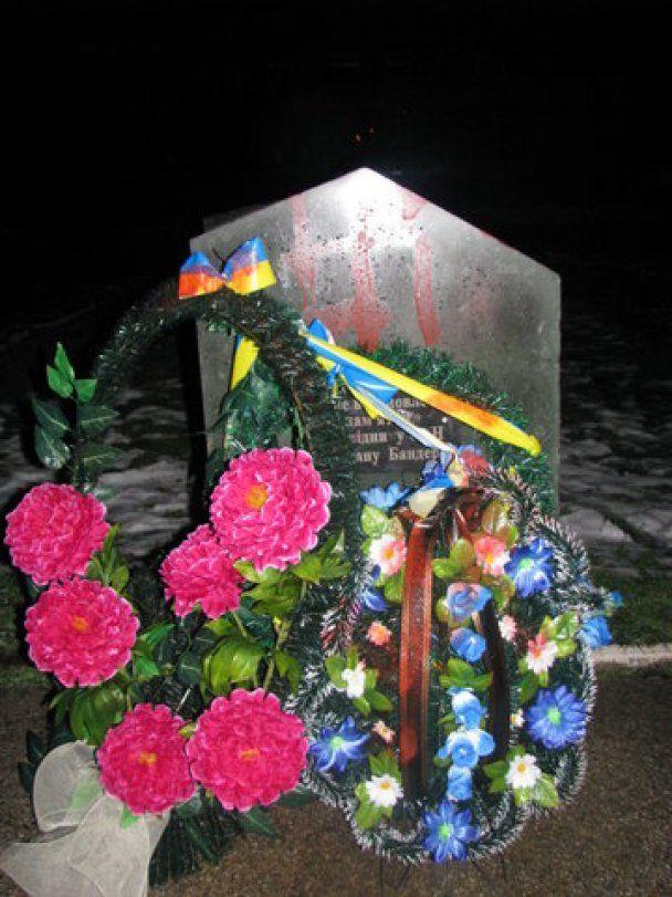 В Луцке разрисовали свастикой камень на месте памятника Бандере