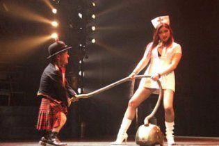 У британському цирку карлик-демон тягає пилосос пенісом (відео)